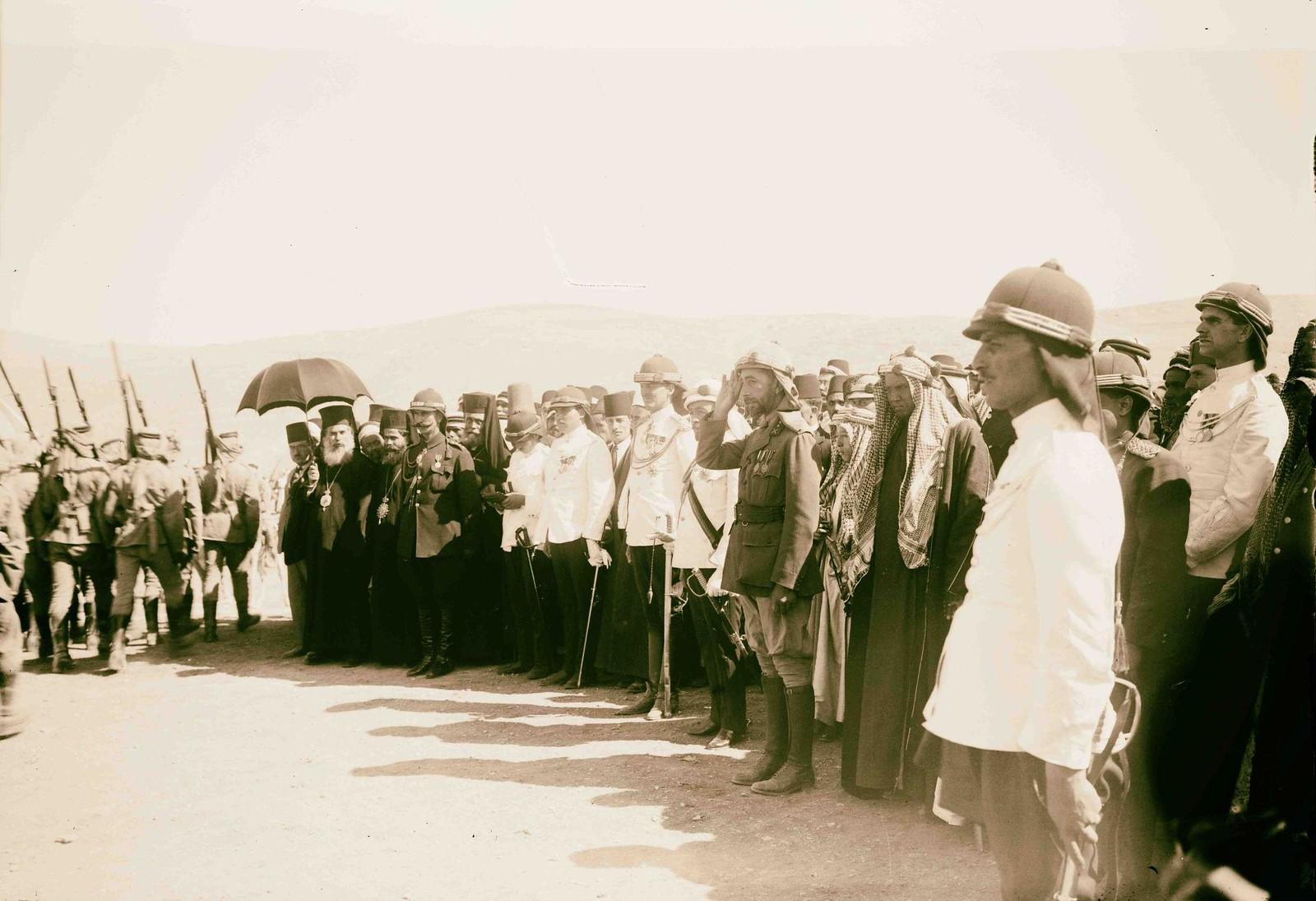 13. Король Ирака Фейсал I осматривает войска в Аммане