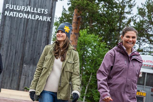 Kroonprinses Victoria van Zweden en Prinses Sofia van Zweden wandelen door Zweedse provincie Dalarna