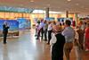 Peter Krier eröffnet die Ausstellung mit Großplakaten von Bildern des Banater Malers Franz Ferch