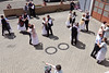 Tanz der Trachtenpaare im Hof der Feuerwehr