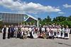 Gruppenbild der Trachtenpaare, Blaskapelle und Ehrengäste vor der Badnerlandhalle