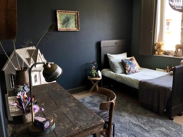 Antiek bed buro blauwe muur meisjeskamer