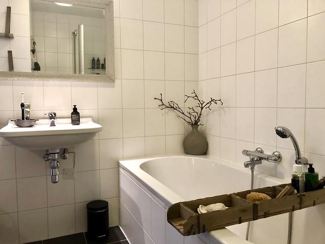 Bad met badplank landelijke badkamer