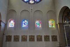 vidrieras interior iglesia Santos Cosme y Damian Clervaux Luxemburgo 02