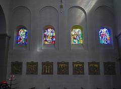 vidrieras interior iglesia Santos Cosme y Damian Clervaux Luxemburgo 01