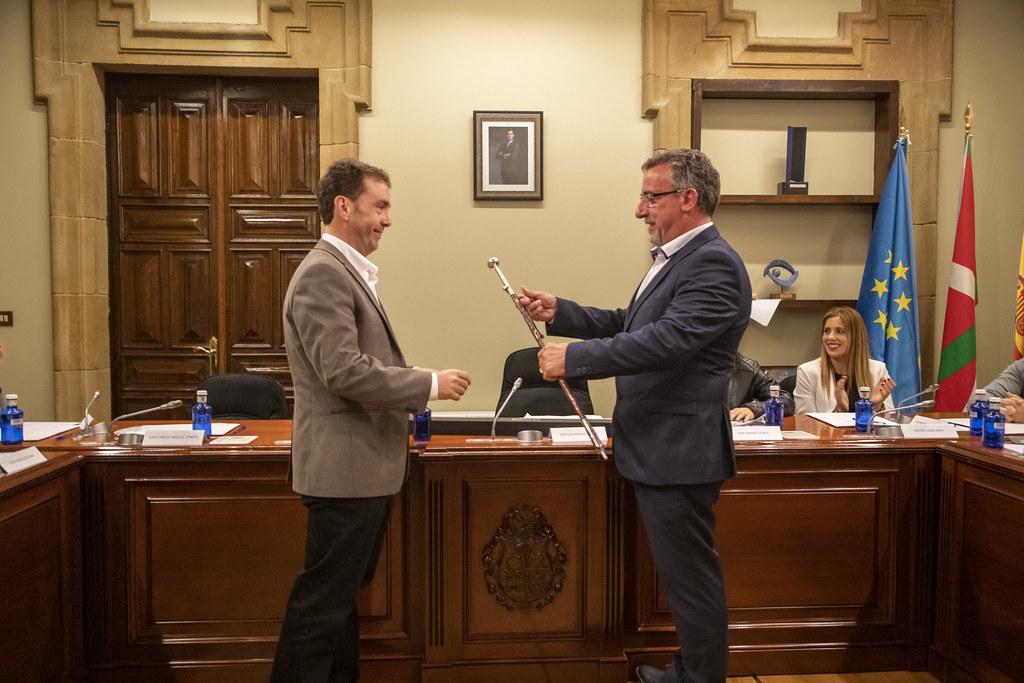 En la imagen José Luis Araujo le entrega la Makila a Juan Carlos Abascal Candás