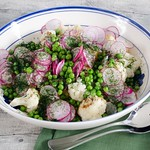 Kartoffelsalat mit Blumenkohl, Erbsen und Radieschen