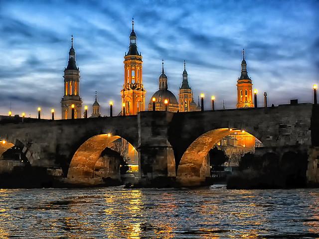 Anocheciendo en Zaragoza.