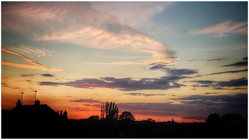 sunlit sunlight sunset colour colourful clouds cloud sky skywatching view silhouette houses rooftops urban scunthorpe lincolnshire northlincs northlincolnshire nlincs image imageof imagecapture outdoors outside photography photoof