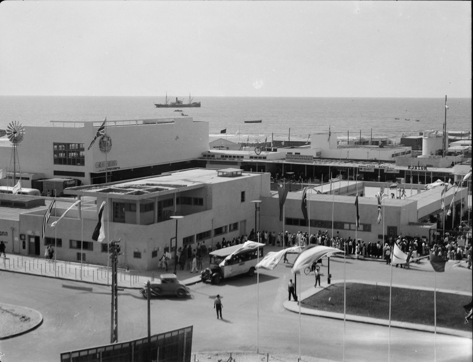 Тель-Авив. Вид на здания Выставки на фоне причала