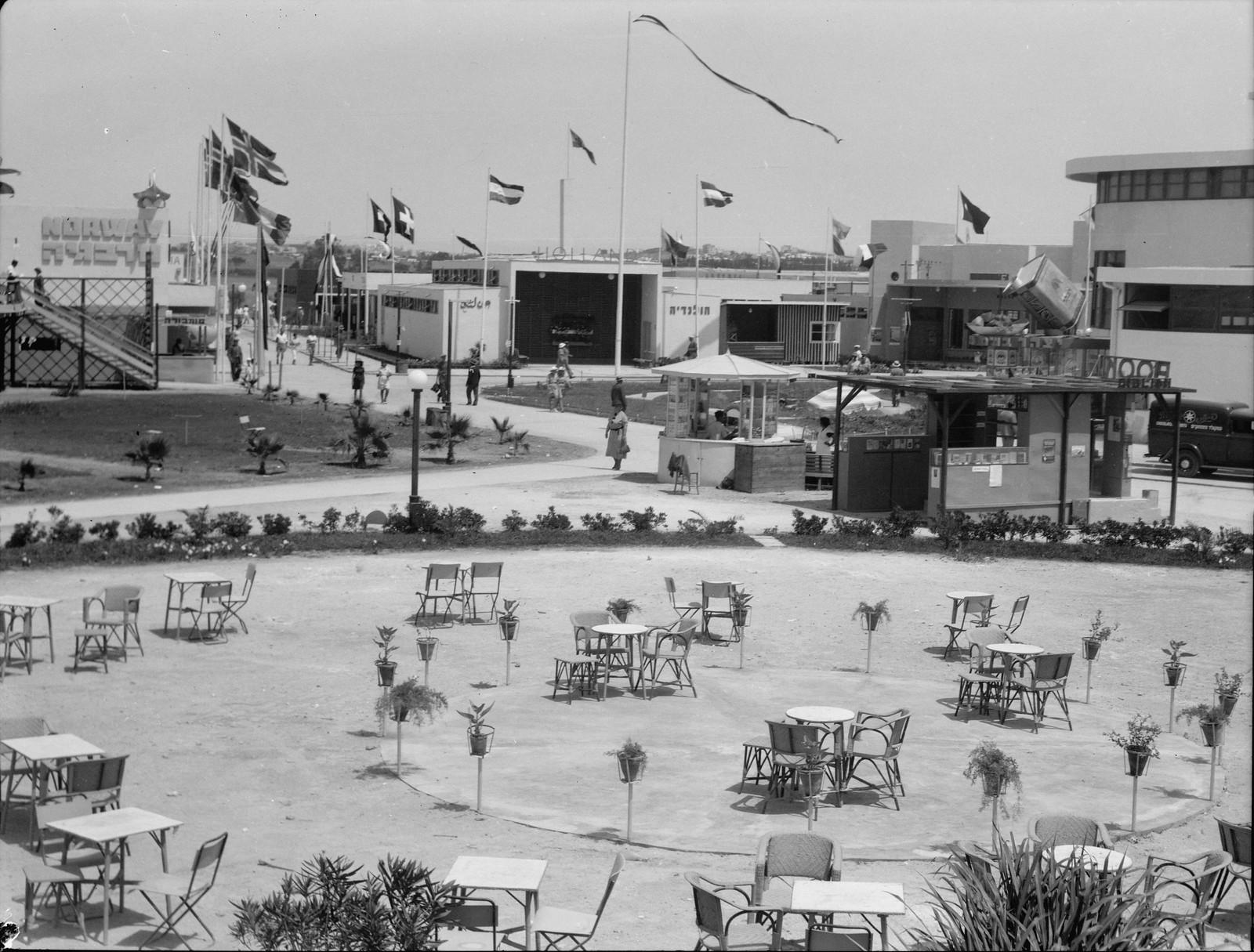 Тель-Авив. Фотография демонстрирует пустые стулья и явное отсутствие обслуживающего персонала