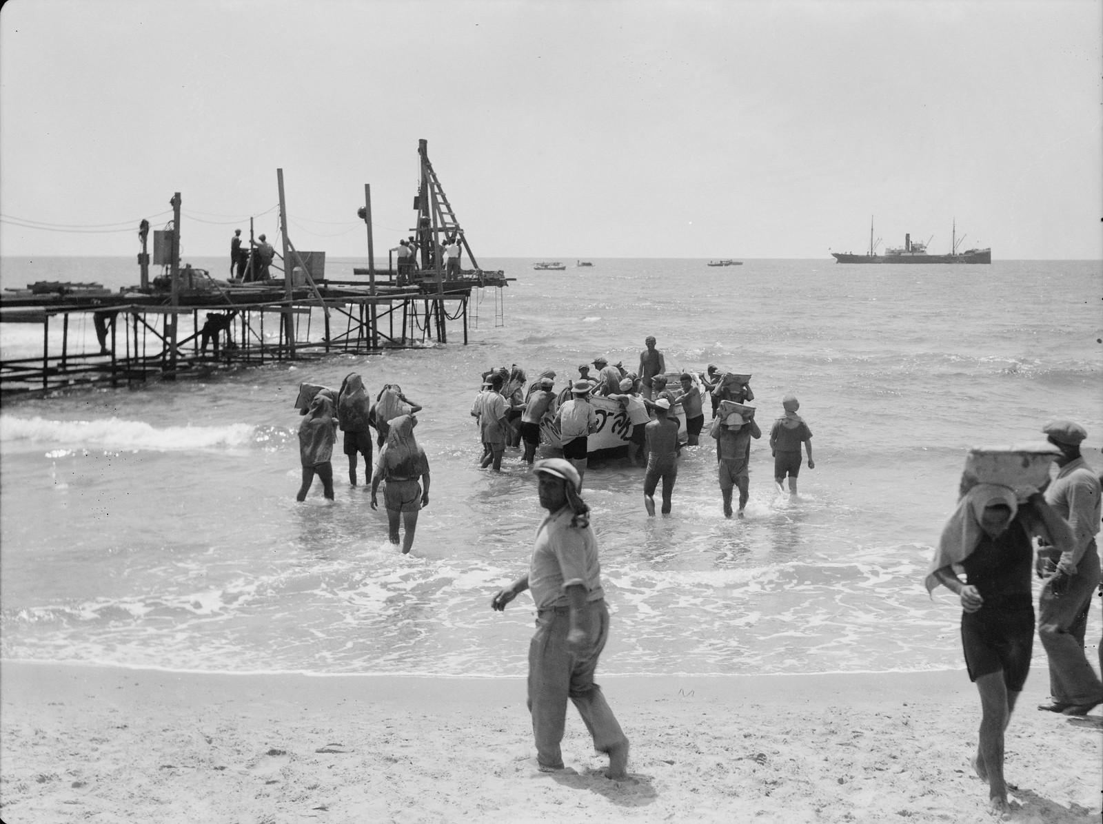 Тель-Авив. Еврейские грузчики выгружают цемент на пристани