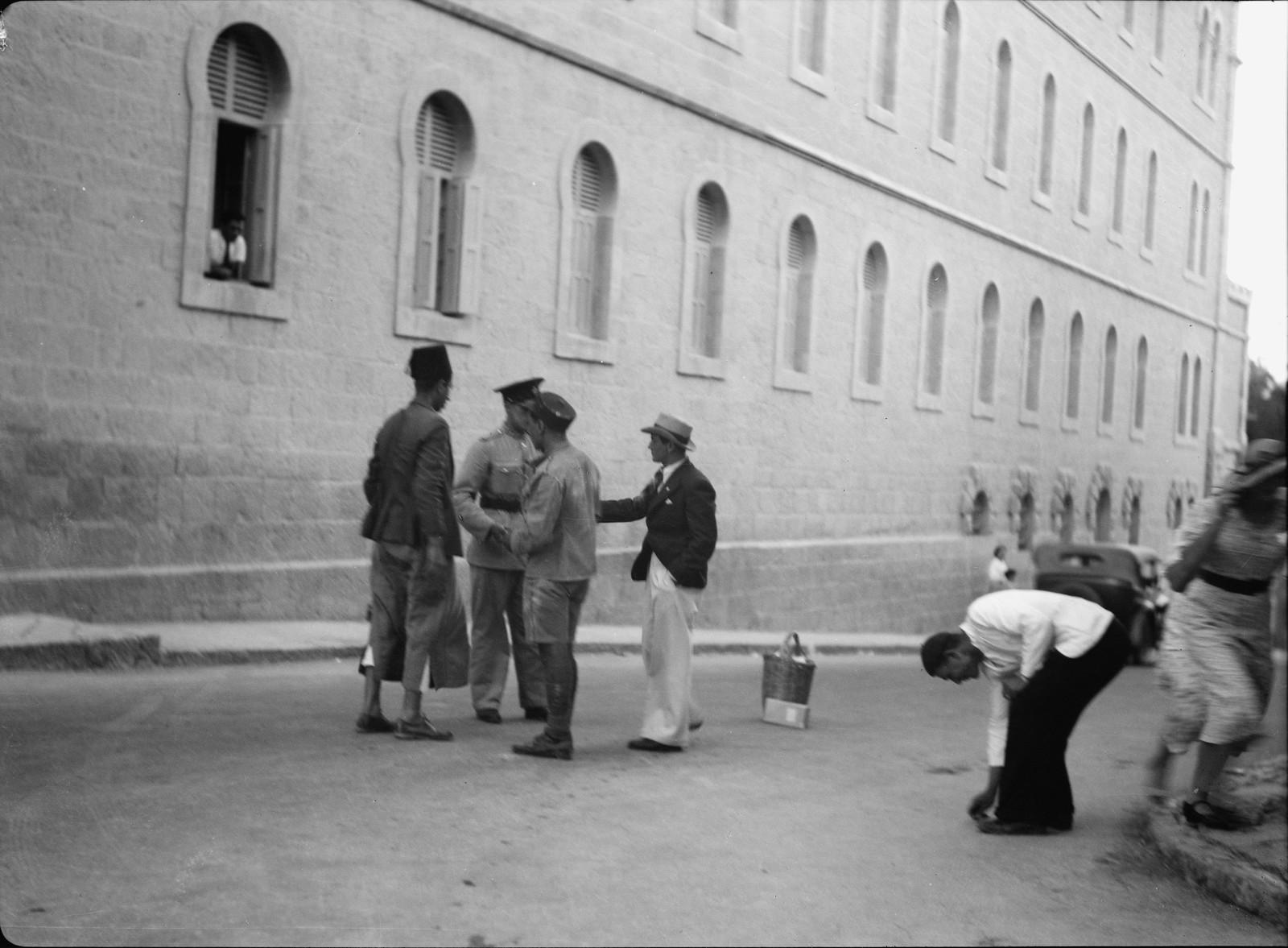 Иерусалим. Горожане собирают гвозди, разбросанные на улице