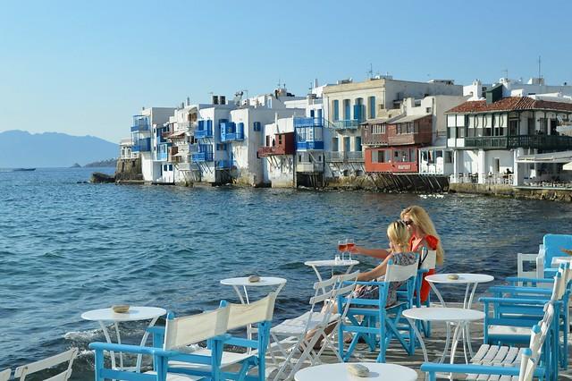 Mykonos, un aperitivo davanti alle antiche case di Alefkandra