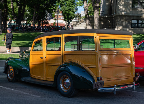 woody_station_wagon_near_courthouse-20190614-100
