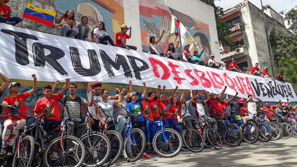 Jóvenes venezolanos salen a las calles a expresar su rechazo ante el bloqueo de EEUU