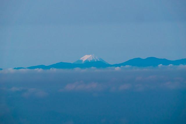 破風山の背後に高々と富士山