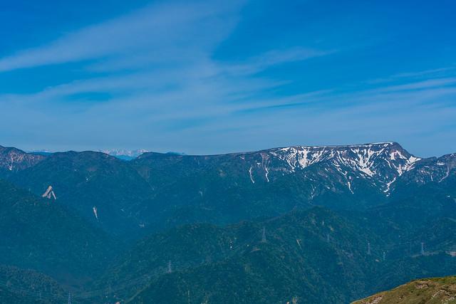 苗場山の左奥に北アルプス