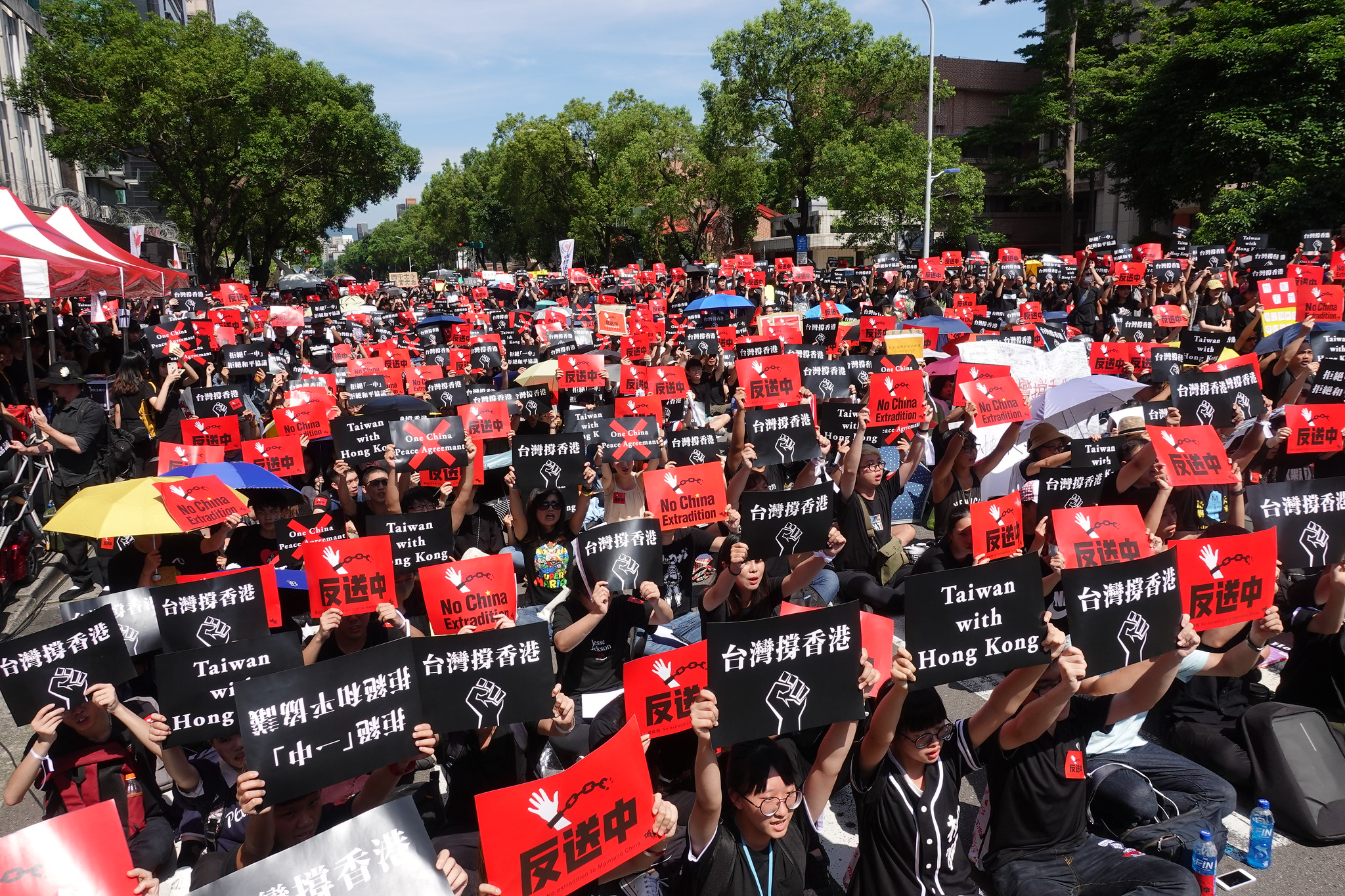 台灣民團發起「撐香港,反送中」集會,萬人到場力挺。(攝影:張智琦)
