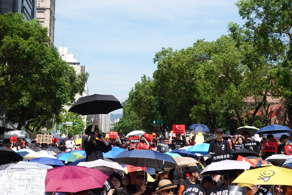 許多民眾撐傘到場聲援。(攝影:張智琦)