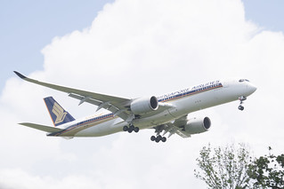 Singapore Airlines Boeing 777-312(ER) Lands at IAH, Houston 1906151359
