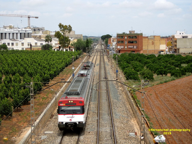 Tren de Cercanías de Renfe (Línea C-2) a su paso por BENIFAIÓ (Valencia)