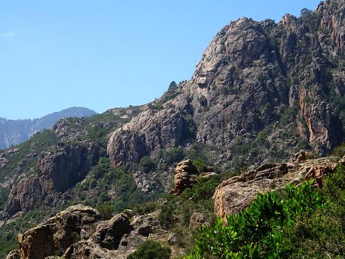 Le piton rocheux du téléphérique en aval de la brèche du Carciara