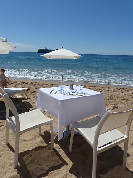 une table sur la plage