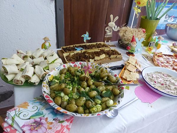 salade de pommes de terre sur la table
