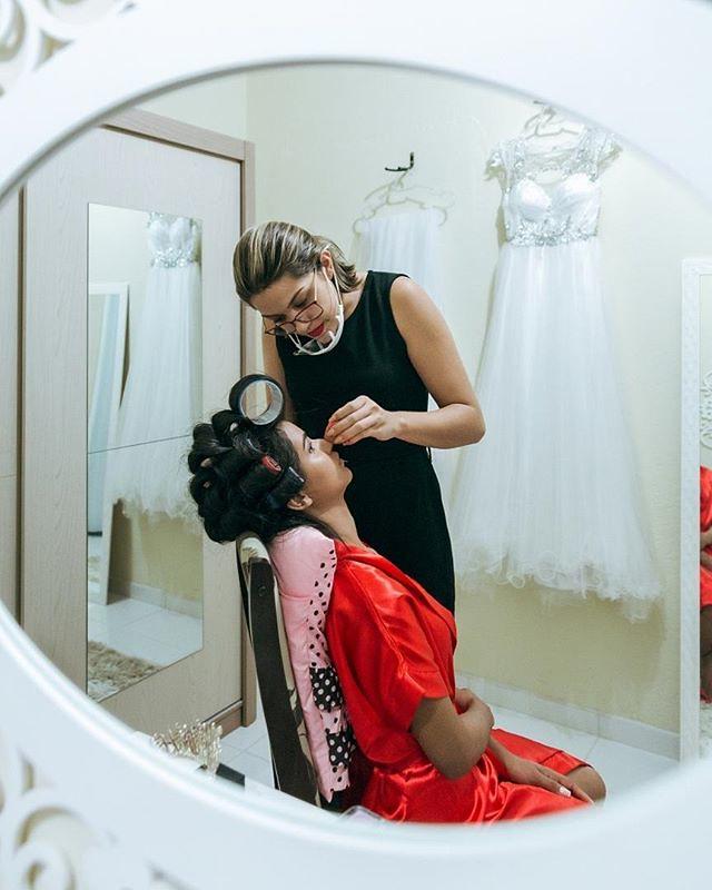 Making of da noiva Cleice.⠀ Aquela preparação que transforma uma menina saindo casa dos pais e indo formar uma família com seu grande amor, produção escolhida com muito carinho pela noiva aqui nessa foto um belo trabalho da @facebygreice⠀ ⠀ #casamento⠀ #w