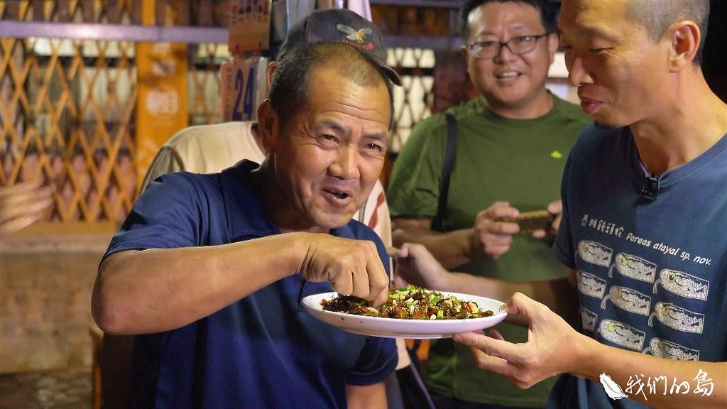 高雄大學舉辦課程,邀請吃蟲達人黃仕傑,來教大家油炸荔枝椿象。