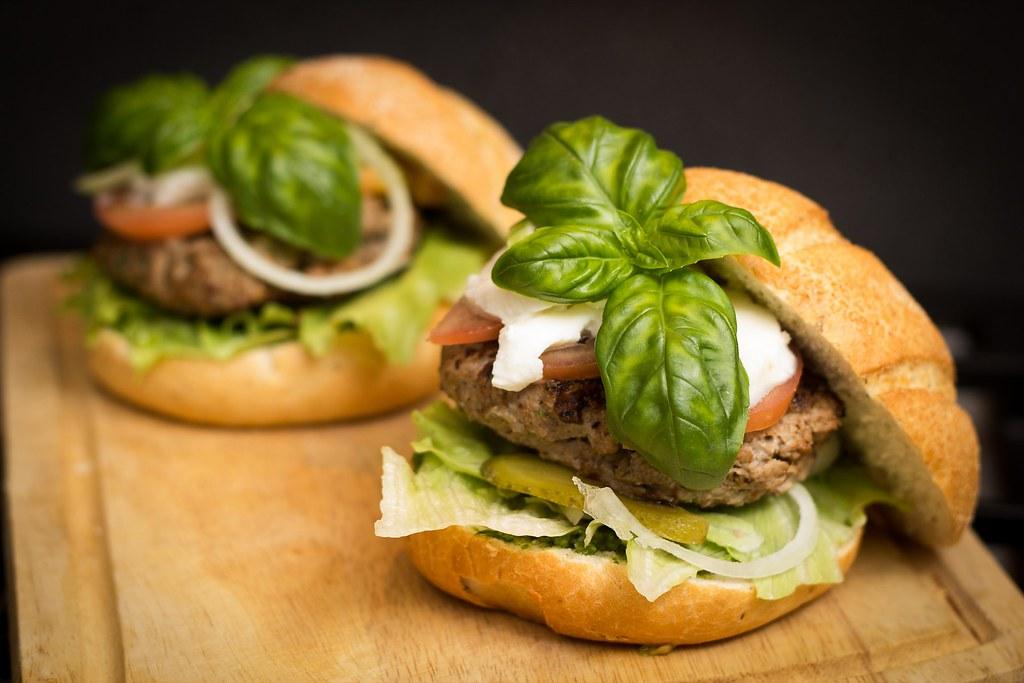 使用植物成分製成素漢堡等產品的公司正在快速發展。圖片僅供示意。Image by Niek Verlaan from Pixabay。