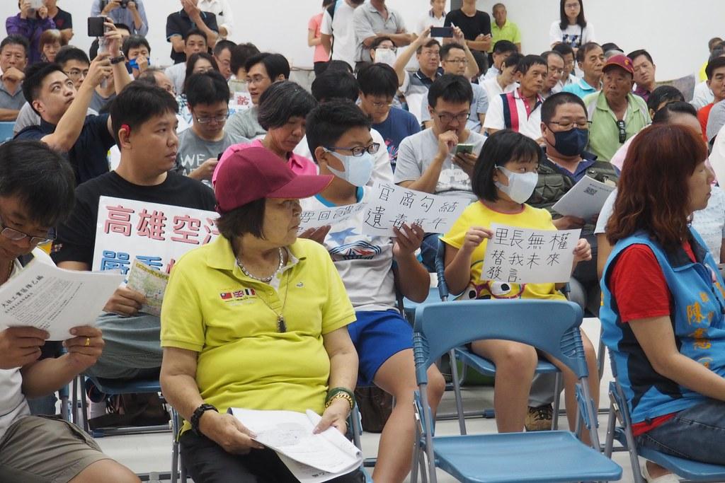 大社居民出席踴躍,舉口號批評業者不顧居民建康風險超標。攝影:李育琴