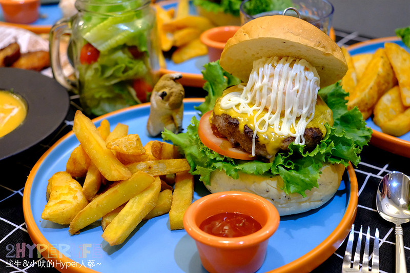 LAb EAt burger漢堡專賣店 | 漢堡皮和肉排完全自製,內餡塞好塞滿就是要讓你一口咬不下!飲料機還無限暢飲~ @強生與小吠的Hyper人蔘~