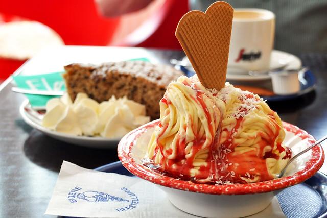 Juni 2019 ... Spaghetti-Eis und Mandelkuchen im Eiscafé Neckarhausen ... Foto: Brigitte Stolle