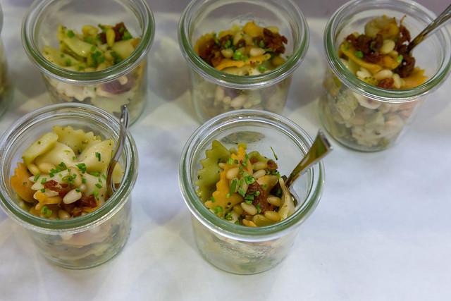 Vegetarisches Nudelsalat mit Brokkoli, Champignons, getrocknetes Tomaten und Pinienkernen in kleinen Gläschen auf dem BarCamp in Bonn