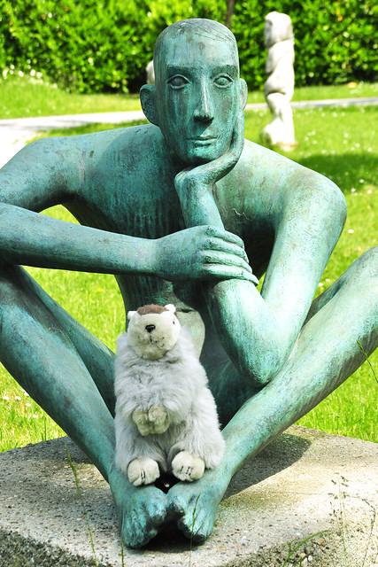 Kunstexpertin Karla Kunstwadl im Skulpturenpark der Vetter-Stifung in Ilvesheim ... Foto: Brigitte Stolle