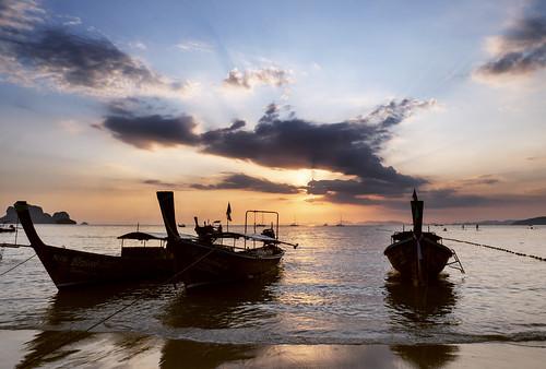 railay beach krabi sunset longtail boat clouds paradise vacation fantastic light sun rays sunbeams water andaman sea panasonic lumix gx9 landscape seascape silhouette