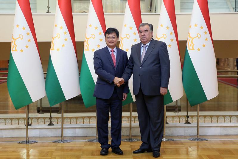Лидер нации Эмомали Рахмон принял вице-президента Азиатского банка развития Шиксина Чена