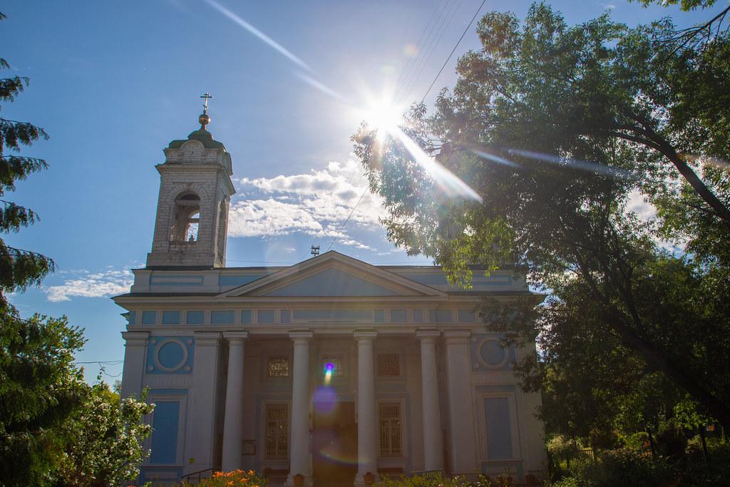 Епископ Воскресенский Дионисий совершил Божественную литургию в храме Сошествия Святого Духа на Лазаревском кладбище