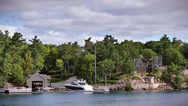 Canada_Thousands Isles House and boat