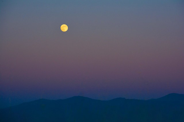 Luna piena all'imbrunire