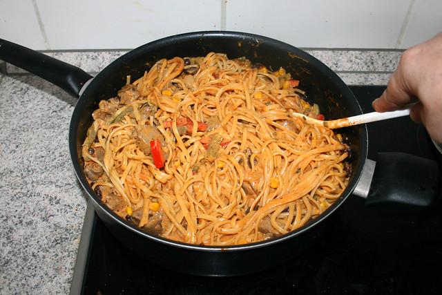 22 -Nudeln & Sauce vermischen / Mix noodles & sauce