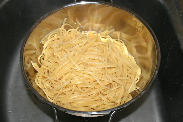 17 - Nudeln abtropfen lassen / Drain noodles