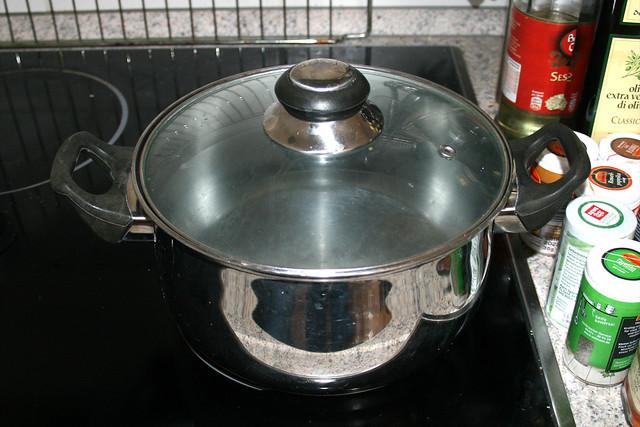 01 - Topf mit Wasser aufsetzen / Bring water to a boil