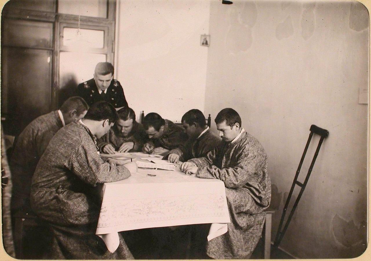 15. Группа раненых госпиталя, оборудованного в здании Политехнического института, пишет письма родным.