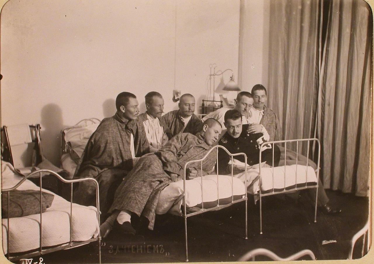 19. Студент Политехнического института читает книгу раненым бойцам в одной из палат госпиталя, оборудованного в здании института.