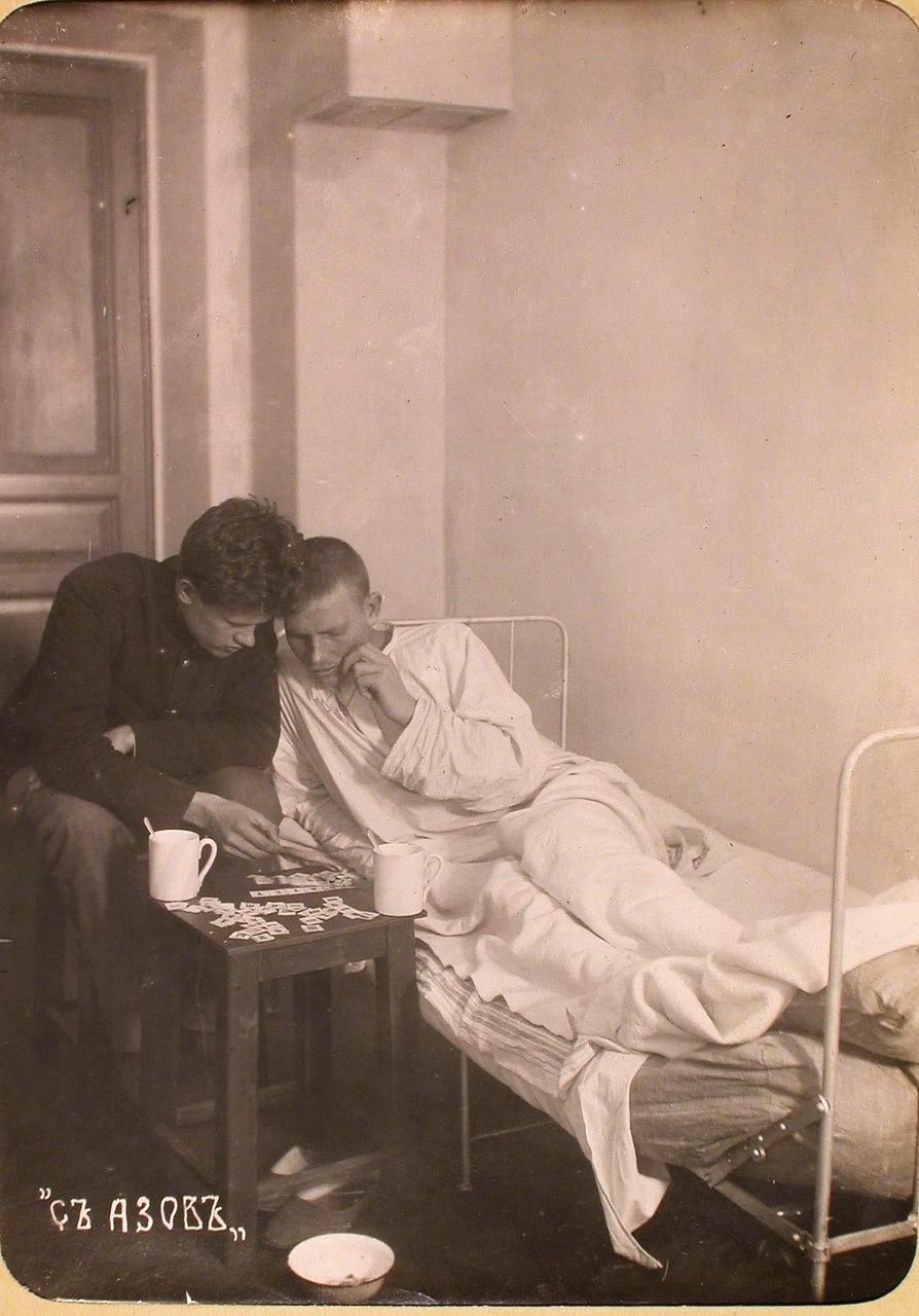 16. Студент Политехнического института обучают грамоте раненого солдата в одной из палат госпиталя, оборудованного в здании института.