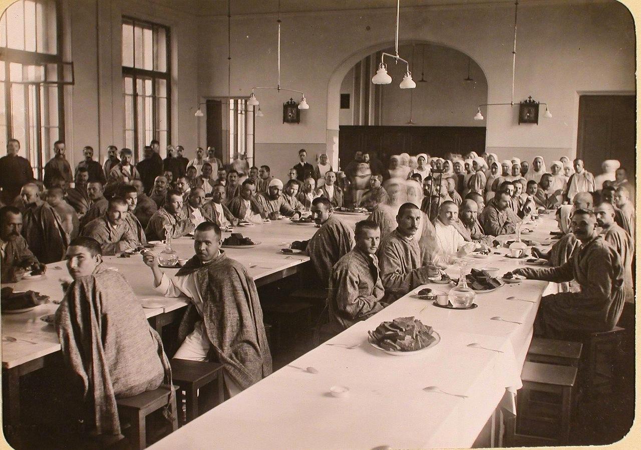 14. Раненые в столовой госпиталя, оборудованного в здании Политехнического института во время обеда.