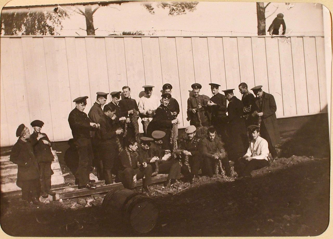 Группа студентов Политехнического института во дворе госпиталя, оборудованного в институте